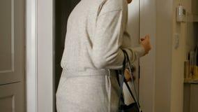 Женщина покидая дом сток-видео