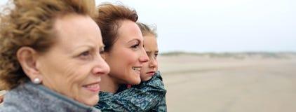 Женщина 3 поколений смотря на море стоковое фото rf