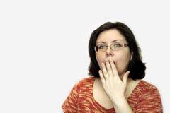 Женщина покрывает ее рот с ее рукой эмоция сюрприза Стоковые Изображения RF