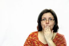 Женщина покрывает ее рот с ее рукой эмоция сюрприза Стоковая Фотография
