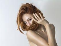 Женщина покрывает ее сторону с ее красными волосами Стоковое фото RF