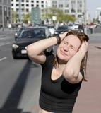 Женщина покрывает ее уши Стоковое Изображение