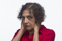 Женщина покрывая ее уши, горизонтальные Стоковая Фотография