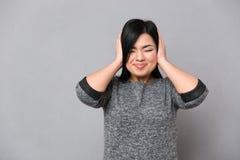 Женщина покрывая ее уши Стоковые Изображения RF