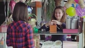 Женщина покупает праздничный подарок сток-видео