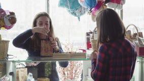 Женщина покупает праздничный подарок акции видеоматериалы