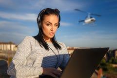 Женщина покупая билет путешествия вертолета стоковые фото