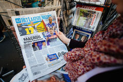 Женщина покупая международную прессу с Emmanuel Macron и морским пехотинцом Стоковые Изображения RF