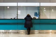женщина покупая пропуск на управляемой приемной стоковые изображения