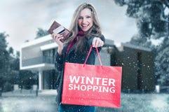 Женщина покупкы зимы стоковое фото