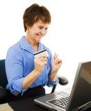 женщина покупкы интернета возмужалая Стоковое Изображение