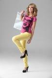 женщина покупкы обмундирования удерживания мешка цветастая Стоковое Изображение