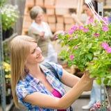 женщина покупкы сада цветков центра Стоковая Фотография
