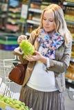 Женщина покупок на магазине Стоковые Изображения