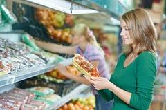 Женщина покупок на магазине Стоковые Фотографии RF