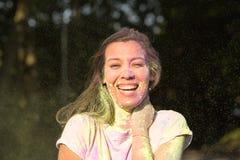 Женщина положительного брюнет азиатская имея потеху с желтой и фиолетовым Стоковое Изображение RF