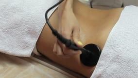 Женщина получая анти- терапию целлюлита в салоне красоты Подниматься RF видеоматериал