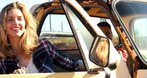 Женщина получая вниз от автомобиля 4k акции видеоматериалы