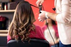 Женщина получая ей волосы сделанный в салоне красоты стоковое изображение rf