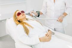 Женщина получая лазер и обработку стороны ультразвука в медицинском спа-центре стоковая фотография rf