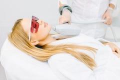 Женщина получая лазер и обработку стороны ультразвука в медицинском спа-центре стоковое изображение