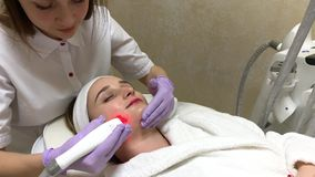 Женщина получая массаж оборудования LPG на клинике красоты Профессиональная деятельность beautician видеоматериал