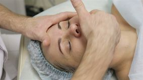 Женщина получая массаж стороны Обработка в салоне красоты сток-видео
