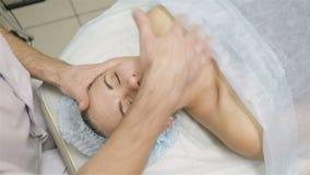 Женщина получая массаж стороны Обработка в салоне красоты акции видеоматериалы