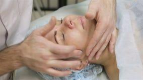 Женщина получая массаж стороны Обработка в салоне красоты видеоматериал