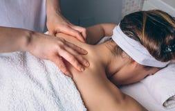 Женщина получая ослабляя задний массаж на клиническом центре Стоковая Фотография