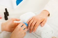 Женщина получая сделанные маникюром ногти файла Стоковая Фотография