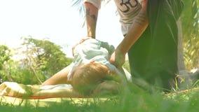 Женщина получая точечному массажу задний массаж внешний Концепция массажа йоги Массаж точечного массажа для обработки и сток-видео