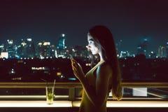 Женщина получая унылое сообщение на умном телефоне Стоковая Фотография