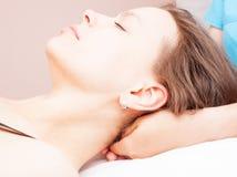 Женщина получая osteopathic обработку ее шеи Стоковые Фотографии RF