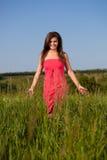 женщина поля гуляя Стоковая Фотография RF