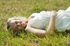 женщина поля зеленая Стоковые Изображения RF