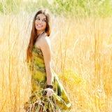 женщина поля золотистая outdoors гуляя Стоковая Фотография
