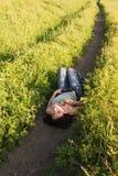 женщина поля лежа Стоковое Фото