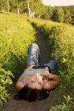 женщина поля лежа Стоковые Фотографии RF