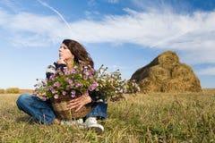 женщина поля осени стоковая фотография