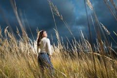 женщина поля осени стоковые изображения