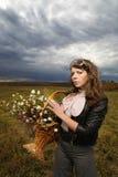 женщина поля осени стоковое фото rf