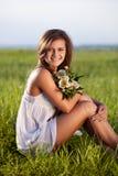 женщина поля сидя Стоковое фото RF