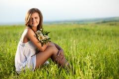 женщина поля сидя Стоковая Фотография
