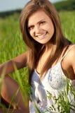 женщина поля сидя Стоковые Фото