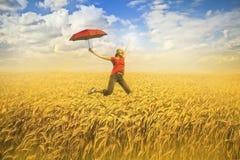 женщина поля скача Стоковое Изображение