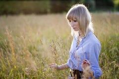женщина поля Стоковые Фотографии RF