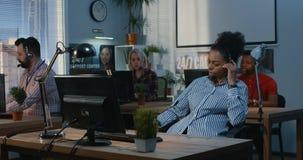Женщина помогая к ее коллеге в центре поддержки