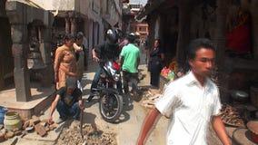 Женщина поражала колокол Таможни и традиции locals Катманду в Непале сток-видео