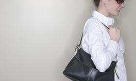 женщина портмона удерживания Стоковые Фото